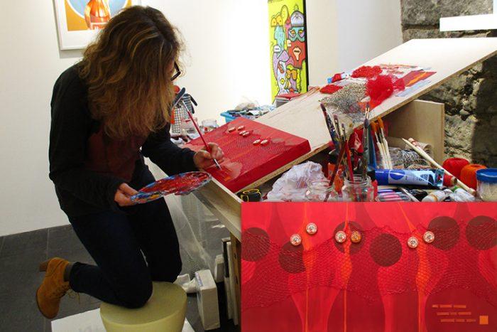 """Jana Charl, Künstlerin aus Los Angeles, wurde von Foxx Galerie für eine dreimonatige Artist Residency eingeladen. Seit Anfang Jahr hat sie im Sous-Sol der Galerieräume ihr Atelier eingerichtet und lässt sich beim Schaffen über die Schultern schauen. Am 2. März 2017 werden die hier entstandenen Werke an der Vernissage der Gruppenausstellung """"RED: The Power of Passion"""" zusammen mit den Schweizer Künstlern Ona Sadkowsky und André Becchio zu sehen sein. Sie sind herzlich eingeladen spontan vorbeizukommen und der Künstlerin beim Arbeiten zuzuschauen. Ein Katzensprung vom Bellevue oder vom Kunsthaus entfernt."""